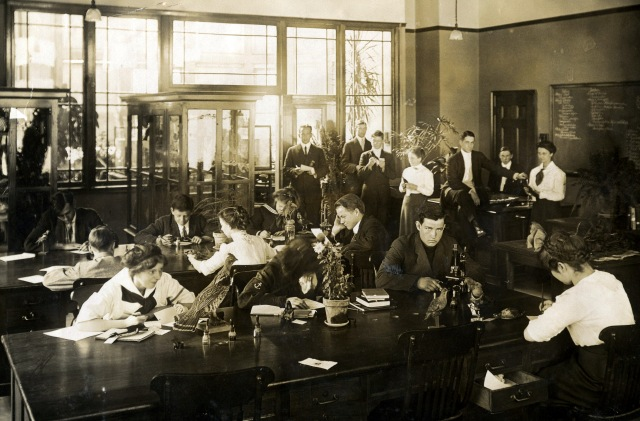 about 20 students in a lab at a high school in 1912